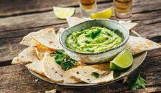 Guacamole se skvěle hodí nejen k masu a zelenině, ale i k nachos a tortilám. Avocado Dip, Ripe Avocado, Quesadillas, Healthy Salads, Healthy Eating, Easy To Cook Meals, Dip Recipes, Free Recipes, Nachos