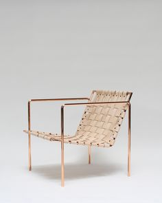 Poltroncina: struttura in metallo e seduta in cuoio intrecciato. Armchair: metal frame and woven leather. Rod+Weave Chair by Eric Trine #vempelle