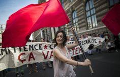Trabajadores temporales protestan para pedir mejores políticas en la contratación y el empleo, frente al Palacio Real, cerca al Louvre, en P...