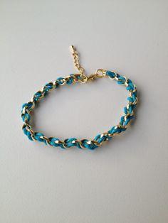 chain bracelet with blue string pulseira de corrente dourada trançada com fio azul