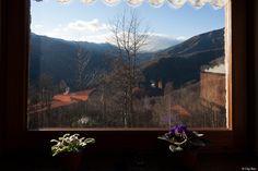 la vista dal rifugio - sempre fiori alla finestra, ma in un rifugio di montagna a novembre...  (foto originale senza regolazioni)