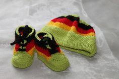 Baby Mütze+ Baby Turnschuhe   Fussball von Die Sandfrau auf DaWanda.com