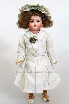 Kaemmer & Reinhardt, фарфоровая голова сделана на фабрике Simon & Halbig. Выпущена примерно в 1900 году. Размер куклы 36 см.