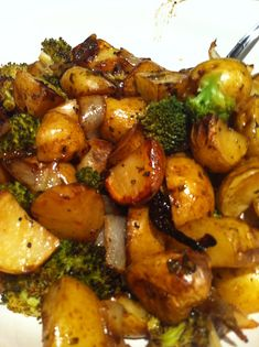 I found this Roasted Balsamic Potatoes, Onions and Broccoli recipe on the side of a bag of Pacific Gold Baby White Potatoes. It's really delicious! Broccoli Recipes, Veggie Recipes, Vegetarian Recipes, Cooking Recipes, Healthy Recipes, Grilled Broccoli, Broccoli Salads, Antipasto, Veggies