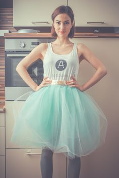 TUTU cream/green Oboustranná zavinovací tylová sukně. Dá se nosit pod prsa, do pasu i na boky, jak se to zrovna bude hodit! Když si ji vezmete přes svoje oblíbené tričko, bude to sukně pro každý den, s ozdobným topíkem se z ní stanou plesové šaty. Sukně má jednu vrstvu světle zelenou a jednu lehce krémovou. Délka sukně je 55cm. Stuha je krémová. K sukni je v ceně ...