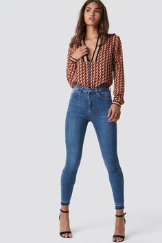 The Skinny High Waist Open Hem Jeans by NA-KD features slim and stretchy fit, a high waist, a five-pocket design, raw hems, and a zipper and button closure. Sweaters And Jeans, Ripped Jeans, Skinny Jeans, Stylish Jeans For Men, Casual Jeans, Jeans Style, Hoodie Outfit, Denim Outfit, Fashion Clothes