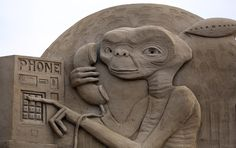 Artists from around the world have gathered at a British seaside resort for the annual Weston Sand Sculpture Festival. This year's theme celebrates Hollywood.