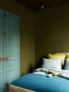 Simple room: ideas for decorating a room with few features - Home Fashion Trend Olive Green Bedrooms, Bedroom Green, Bedroom Wall, Bedroom Decor, Olive Green Walls, Bedroom Ideas, Blue Green, Paris Home, World Of Interiors