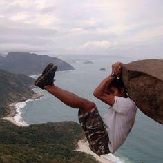 A Pedra do Telégrafo, que está localizada na Barra de Guaratiba, na região oeste do Rio de Janeiro, RJ, Brasil. Há trilhas, de nível médio, na região, que são concluídas em cerca de 50 minutos e possuem dois percursos principais que levam os turistas até o topo da Pedra do Telégrafo, a mais de 354 metros de altura.  Fotografia: Divulgação / ONG Amigos do Perigoso.