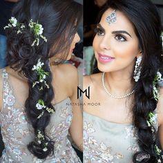 Pretty Braided Hairdo Inspiration for Wedding Ceremonies by Real Brides Pakistani Bridal Hairstyles, Bridal Hairstyle Indian Wedding, Bridal Hairstyles With Braids, Engagement Hairstyles, Bridal Braids, Side Braid Hairstyles, Bridal Hairdo, Hairdo Wedding, Easy Hairstyles For Long Hair