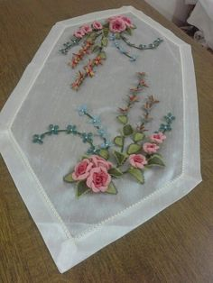 This Pin was discovered by Ays Silk Ribbon Embroidery, Cross Stitch Embroidery, Hand Embroidery, Diy Craft Projects, Diy And Crafts, Civil War Quilts, Medallion Quilt, Creative Embroidery, Patch Quilt