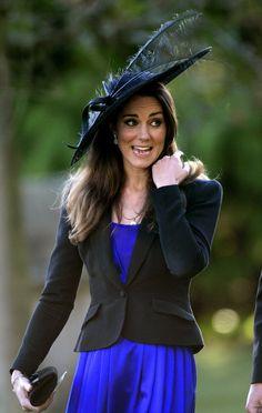 Pin for Later: Die 27 besten Hüte, die Kate Middleton je getragen hat 2010 bei einer Hochzeit in Cheltenham