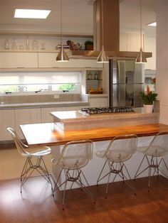 Browse photos of Small kitchen designs. Discover inspiration for your Small kitchen remodel or upgrade with ideas for organization, layout and decor. Kitchen Dinning, New Kitchen, Kitchen Decor, Kitchen Island, Kitchen Ideas, Modern Stoves, Cuisines Design, Modern Kitchen Design, Kitchen Interior