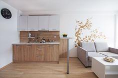 Małe mieszkanie, czyli salon z kuchnią i łazienką, jest wyjątkowo przytulne. A wszystko za sprawą ciekawego połączenia materiałów i kolorów, które ociepliły wnętrze. Zobacz ładną aranżację 27m2, którą możesz wykorzystać w swoim mieszkaniu.