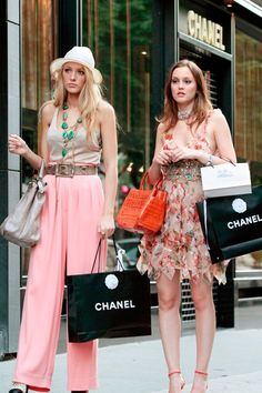 """""""Whoever said that money doesn't buy happiness didn't know where to shop."""" - Leighton Meester as Blair Waldorf & Blake Lively as Serena van der Woodsen in Gossip Girl - photo by Rex Features Gossip Girls, Moda Gossip Girl, Estilo Gossip Girl, Gossip Girl Outfits, Gossip Girl Fashion, Gossip Girl Blair, Gossip Girl Style, Gossip Girl Serena, Gossip Girl Clothes"""