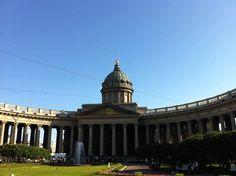 Vamos para São Petersburgo - O guia mais completo de São Petersburgo -  Inspirada no Vaticano, a catedral parece meio perdida no movimento da Nevsky Prospect... Construída em 1811, foi fechada na revolução para abrigar o Museu da Religião e Ateísmo. Com o fim do Comunismo, foi restaurada e reaberta às celebrações religiosas em 1992.