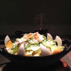La salade César des Cocottes : http://www.doitinparis.com/fr/art-de-vivre/magazine-it-feminin/5-plats-quil-faut-avoir-teste-une-fois-dans-vie-a-paris-2390/la-salade-cesar-comme-au-ritz-des-cocottes-18495