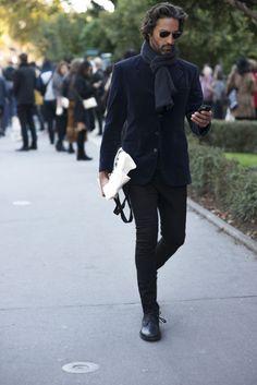 2015-10-26のファッションスナップ。着用アイテム・キーワードはサングラス, ジャケット, チャッカブーツ, ブーツ, マフラー・ストール, 黒パンツ,etc. 理想の着こなし・コーディネートがきっとここに。  No:129451