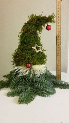In winter the garden needs some highlights - how about an all natural xmas elf made from fir, moss, old grass and apples? Tutorial on Vintage Design Barn garden winter xmas fir xmaself xmasdecoration xmasidea diy lowbudget Christmas Urns, Christmas Gnome, Outdoor Christmas, All Things Christmas, Christmas Wreaths, Xmas Elf, Diy Christmas Decorations, Christmas Ornament Crafts, Christmas Projects