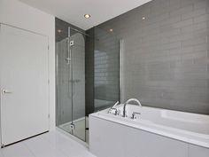 Salle de bain moderne avec grande douche vitré. www.MonHarmonie.com