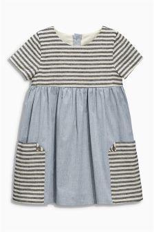 Gestreiftes Denim-Kleid mit Tasche (3 Monate – 6 Jahre)
