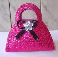 DOCES LEMBRANÇAS DA SANDRA ARTERA: como fazer bolsinha em eva para lembrancinha Paper Purse, Paper Gift Bags, Diy Crafts For Girls, Diy For Kids, Fancy Envelopes, Accessoires Barbie, Barbie Theme, Craft Bags, Pretty Box