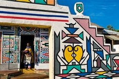 A gorgeous Ndebele homestead in Mabhoko village, Mpumalanga, South Africa South Africa Art, West Africa, Art Public, African House, Afrique Art, Art Therapy Projects, Art Brut, African Tribes, Beautiful Architecture