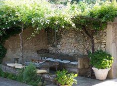 Un salon de jardin taillé dans la pierre.