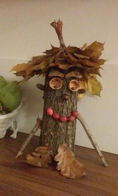 Autumn leaves - creative decoration and handicraft ideas - house decoration more - Ü Ei - Autumn leaves – creative decoration and craft ideas # chestnuts children - Autumn Crafts, Autumn Art, Nature Crafts, Autumn Leaves, Autumn Nature, Fall Halloween, Halloween Crafts, Christmas Crafts, Wood Crafts