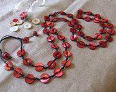 Collana Madreperla Rossa a filo lungo. Con bottoni vintage. Lunghezza124 cm. pollici 48.7