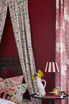 """Paletten Urban Eleganse er sofistikert og litt kjølig, dette er farger som er mørkere og gir en moden og eksklusiv stil, inspirert av det vi gjerne kaller """"hotellstilen"""". Man referer ofte til """"hotellstilen"""" som man typisk har sett på soverom. Nå er tendensen at denne stilen sprer seg til resten av hjemmet. Veggen er malt i Hjerterdame FR1193. #åretsfarge2017#rød#gardiner#hotellstilen#soverom#tekstiler#inspirasjon#Fargerike#red#inspiration#curtains#bedroom#mønster#puter#nattbord#lampe Ikea, Curtains, Home Decor, Blinds, Decoration Home, Ikea Co, Room Decor, Draping, Home Interior Design"""