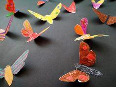 BAREVNÁ KRÁSA MOTÝLÍCH KŘÍDEL - pestrobarevně dekorovat motýlí křídla, barevný kontrast umocnit umístěním motýlů na neutrální podklad, plasticky vytvarovat křídla (kresba fixy, plastická tvorba)