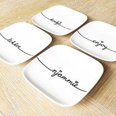 Is het al tijd voor thee met koekjes ? Gister de diy-porseleinstift-versierde-bordjes in de oven gehad, dus ze kunnen maar gebruikt worden ! #bordjes #diy #porseleinstift #njammie #koekje #enjoy #lekker #servies #xenos #zinintheemetkoekjes