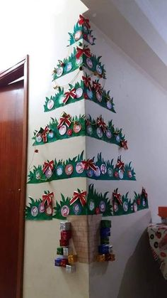 33 How to Make Super Easy Christmas Decorations on a Budget – Snowmen Doors - demographicwinter. Office Christmas Decorations, Christmas Crafts For Kids, Christmas Projects, Holiday Crafts, Box Decorations, Board Decoration, Preschool Christmas, Wall Christmas Tree, Christmas Art