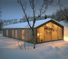 Reiulf Ramstad Arkitekter have designed the V-lodge, an all-year cabin for a family in Buskerud, Norway. The architect's description This all-year cabin is Alpine Modern, Timber Cabin, Casas Containers, Architect Design, Contemporary Architecture, Scandinavian Architecture, Eco Architecture, Lodges, Villa