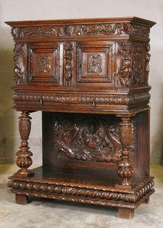 Een Renaissance rijk gesneden notenhouten buffet - Frankrijk - tweede helft 17e eeuw en later
