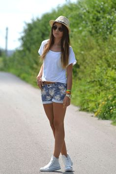 White converse shorts outfit.
