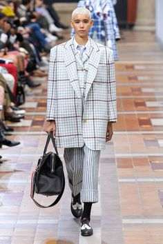 Thom Browne Fall 2019 Ready-to-Wear Fashion Show Collection: See the complete Thom Browne Fall 2019 Ready-to-Wear collection. Look 40 Fashion Week Paris, Fashion Weeks, Autumn Fashion Women Fall Outfits, Fashion Outfits, Fashion Trends, Runway Fashion, Thom Browne, Vogue Paris, Tweed Outfit