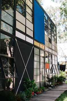 Eames House - case study house no. 8 - Charles and Ray Eames - Pacific Palisades - LA, 1949 Architecture Design, Art Minimaliste, Halls, Philip Johnson, Built Environment, Lofts, Interior And Exterior, Building, Charles Eames
