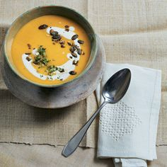 """Kürbissuppe mit Knollensellerie - """"Nichts geht über eine heiße Kürbissuppe im Herbst: Die wärmt von innen und ist mit ihrem einzigartigen Geschmack einfach immer willkommen!"""""""