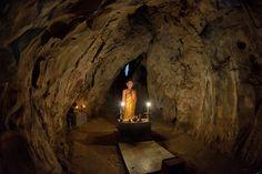Las Montañas de marmol de Danang La ciudad central de Danang posee un grupo montañoso de mármol y roca caliza conocido como las Montañas de Mármol. Este grupo de 5 montañas, cuyos nombres representan los 5 elementos, se levanta muy cercano a la línea de costa de Danang, en el centro de Vietnam. Popular lugar de retiro espiritual y peregrinaje, está compuesto por varias pagodas budistas, restos de la civilización Champa y unas cuevas en el interior de las montañas, cuevas naturales formadas…