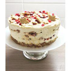 Karpaloilla höystetty piparikinuski- juustokakku. Suussa sulava herkku joulunajan makean nälkään!   Christamas cheesecake with Cranberries, gingerbread and toffee. Nomnom!