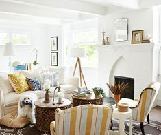 Small Room Layouts Small rooms can be simple to decorate. With a small-room layout, there are a finite number of ways to arrange the furniture, and, once it's arranged, there's a sense of cohesiveness and coziness. Here's how you achieve that c Cottage Living, My Living Room, Home And Living, Living Room Decor, Living Spaces, Coastal Living, Modern Cottage, White Cottage, Small Room Layouts