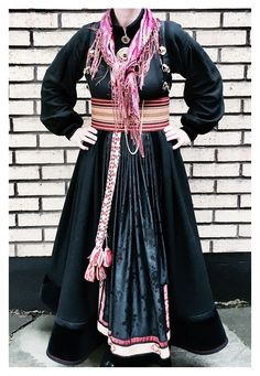 Beltestakk /Heimen Oslo Folk Costume, Costumes, Folk Clothing, Bridal Crown, Traditional Outfits, Vintage Photos, Bridal Dresses, How To Wear, Image