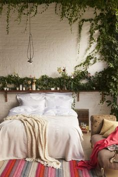 Lots of greenery & plants. Boho bedroom inspiration.