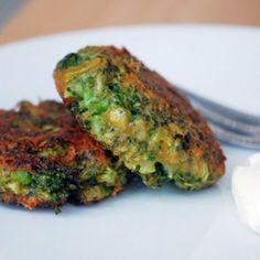 Pečené fitness brokolicové placky s jemným sýrovým dipem recept – iRecept