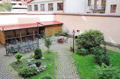 Innergården är nyrenoverad med liten fontän