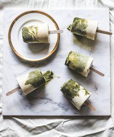 Meine Kollegin Trisha liebt es, Eis selbst zu machen und hat köstliche Matcha Eislollies mit Sojajoghurt für Euch kreiert! Sie sind laktose- und zuckerfrei und glaubt mir, sie schmecken sooo lecker!