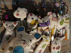 Si no los conocías, son nacidos del juego y los retales. Marionetas de dedo, colgantes, marca-páginas. No hay dos iguales!! www.mumusu.es