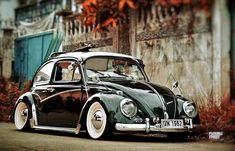 Volkswagen New Beetle is a compact car introduced by Volkswagen in The exterior design of this car is taken from the original Beetle. Volkswagen New Beetle, Auto Volkswagen, Beetle Car, Volkswagen Vehicles, Vw T1 Camper, Van Vw, Kdf Wagen, Vw Bugs, Vw Vintage